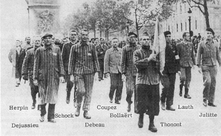 Emile Bollaert lors du défilé des déportés sur les Champs-Elysées le 1er mai 1945