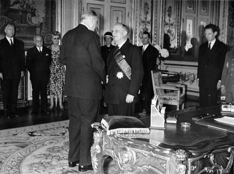 De Gaulle remet a Emile Bollaert la Grand-Croix de la Legion d'Honneur