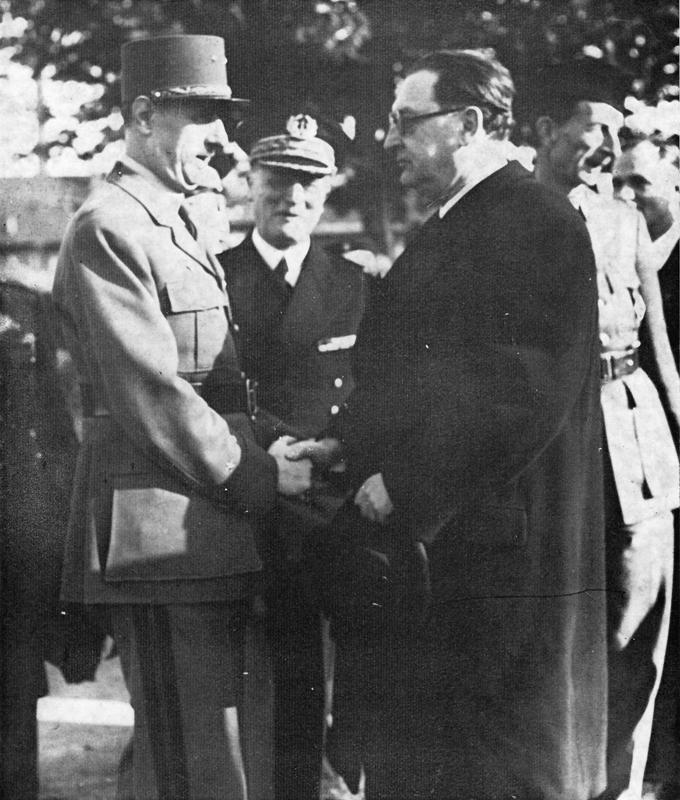 Le maire de Strasbourg M. Frey et le commissaire de la République Emile Bollaert accueillent le général De Gaulle