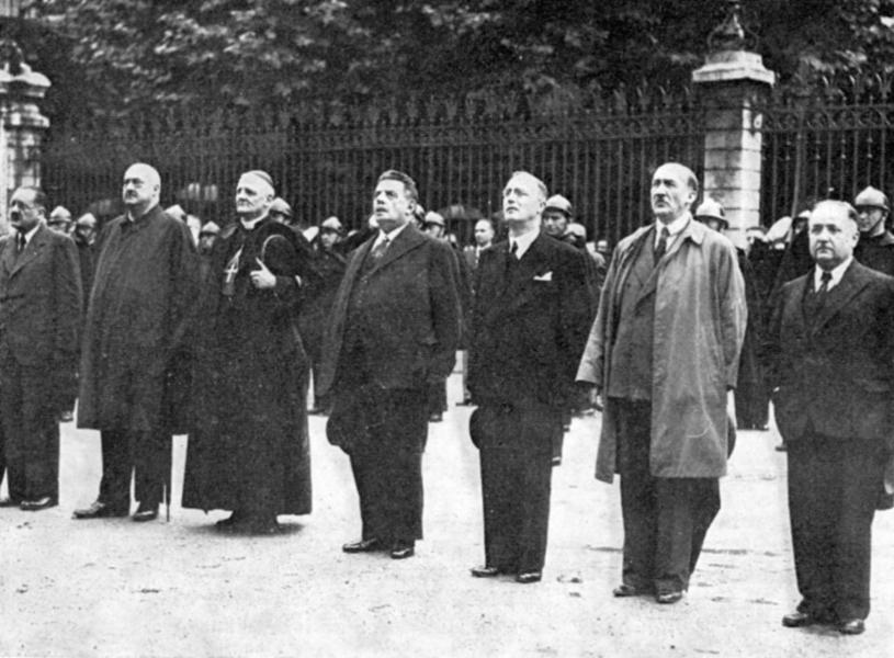 Herriot et les six otages, dont Emile Bollaert, saluent le retour du drapeau français sur la préfecture