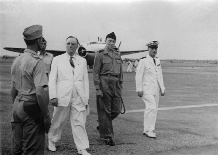 Emile Bollaert accueilli le 1 avril 1947 par le general Valluy